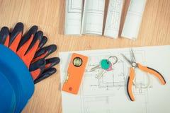 Touches d?but d'?cran avec les dessins ?lectriques, le casque bleu protecteur avec des gants et les outils oranges de travail, co photos libres de droits