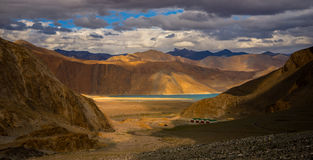 Touchez d'abord la vue du lac Leh Ladakh de pangong Photographie stock libre de droits