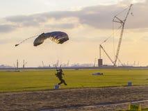 Touchez d'abord le membre de la terre du parachutism international de championnat Photos stock