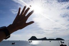 Touchez le soleil sur le ciel bleu Photos libres de droits