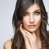 妇女美丽的面孔画象 护肤样式面孔手touchi 免版税库存图片