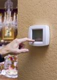 Touchpadtermostat i ett elegant hem Royaltyfria Bilder