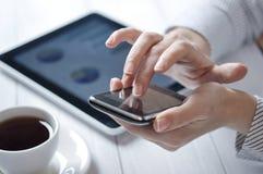 Touchphone в женских руках Стоковая Фотография