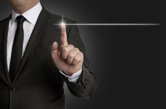 Touchscreen van het malplaatjeconcept wordt in werking gesteld door zakenmanconcept stock fotografie