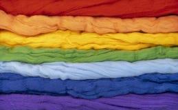Touffes de la laine de la forme parallèle de différentes couleurs un arc-en-ciel Photo conceptuelle images stock