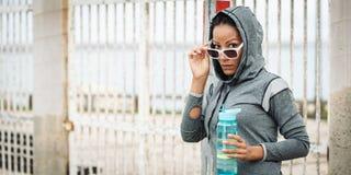 Tough die stedelijke geschiktheidsvrouw met zonnebril kijken stock afbeelding