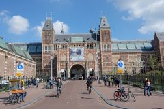 Toujours beaucoup de personnes et touriste devant le Rijksmuseum, Amsterdam, Pays-Bas photo stock