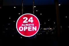 Toujours 24 heures Ouvrez le signe Photos stock