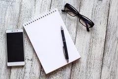 Toujours la vie noire et blanche : bloc-notes vide ouvert, carnets, stylo Images libres de droits