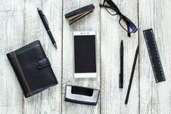 Toujours la vie noire et blanche : bloc-notes vide ouvert, carnets, stylo Photo stock