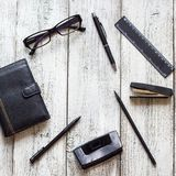 Toujours la vie noire et blanche : bloc-notes vide ouvert, carnets, stylo Images stock