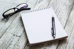 Toujours la vie noire et blanche : bloc-notes vide ouvert, carnets, stylo Photographie stock