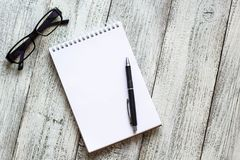 Toujours la vie noire et blanche : bloc-notes vide ouvert, carnets, stylo Image libre de droits