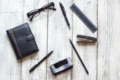 Toujours la vie noire et blanche : bloc-notes vide ouvert, carnets, stylo Photos stock