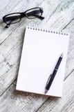 Toujours la vie noire et blanche : bloc-notes vide ouvert, carnets, stylo, crayon, verres, bourse Photographie stock