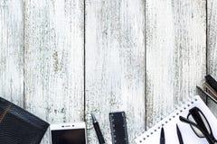 Toujours la vie noire et blanche : bloc-notes vide ouvert, carnets, stylo, crayon, verres, bourse Images stock