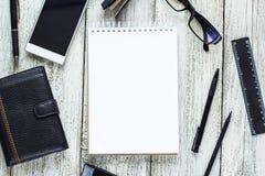 Toujours la vie noire et blanche : bloc-notes vide ouvert, carnets, stylo, crayon, verres, bourse Photographie stock libre de droits