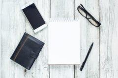 Toujours la vie noire et blanche : bloc-notes vide ouvert, carnets, stylo, crayon, verres, bourse Images libres de droits