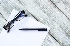 Toujours la vie noire et blanche : bloc-notes vide ouvert, carnets, stylo, verres Photos stock