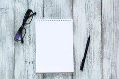 Toujours la vie noire et blanche : bloc-notes vide ouvert, carnets, stylo, verres Photo stock