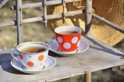 Toujours la vie rustique avec des tasses de thé et de chapeau de paille Photo stock