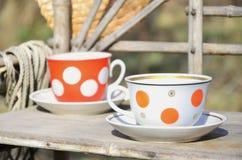 Toujours la vie rustique avec des tasses de thé et de chapeau de paille Photos libres de droits