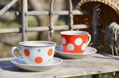 Toujours la vie rustique avec des tasses de thé et de chapeau de paille Image stock