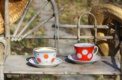 Toujours la vie rustique avec des tasses de thé et de chapeaux de paille Image stock