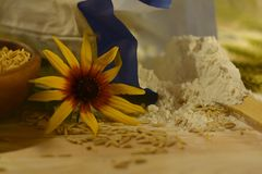 Toujours la vie rustique avec des wildflowers, des grains d'avoine et un paquet de farine Photo libre de droits
