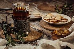 Toujours la vie rustique avec le thé et le biscuit de bonbon Image stock