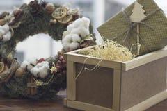 Toujours une vie de fête avec une grande boîte en bois et une guirlande Photos stock