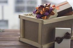Toujours une vie de fête avec une grande boîte en bois et une guirlande Images stock