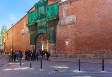 TOULOUSE, FRANKREICH - 1. APRIL 2011: Gruppe Studenten, die nahe sprechen lizenzfreie stockbilder