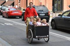 TOULOUSE, FRANKRIJK - JULI 23, 2016: Gelukkige vader en van kinderen het berijden velo biporter op de weg in Toulouse, Frankrijk Stock Afbeelding