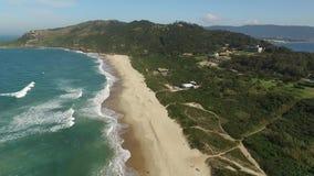 Toupeira do praia da toupeira da praia da vista aérea em Florianopolis, Santa Catarina, Brasil Em julho de 2017 vídeos de arquivo