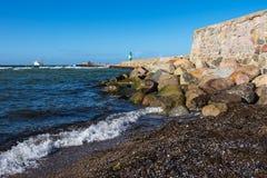 A toupeira na costa de mar Báltico em Warnemuende, Alemanha Imagens de Stock Royalty Free