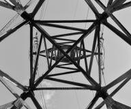 Tour à fond gris abstraite de ligne électrique Photos stock