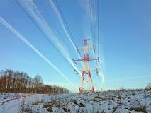 Tour à haute tension de ligne électrique à un arrière-plan de ciel bleu Images libres de droits
