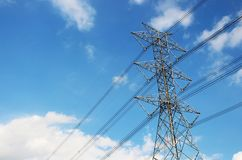 Tour à haute tension ou ligne de transmission électrique avec le ciel bleu et le nuage blanc Photographie stock