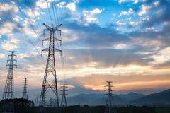 Tour électrique à haute tension au fond de crépuscule Photo stock