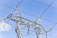 Tour électrique à haute tension contre un ciel bleu Images libres de droits