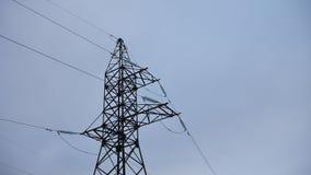 Tour électrique avec des câbles sur le fond gris de l'électricité Photo stock