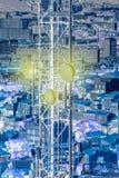 Tour aérienne de télécommunication d'antenne avec la ville derrière Image stock