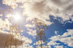 Tour aérienne de transmission de ligne électrique de pylône de l'électricité au coucher du soleil Photos libres de droits