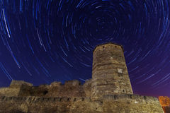 Tour antique dans les startrails de fond Photo stock
