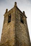 Tour antique de vieille église se levant vers le haut de la haute dans le ciel Image libre de droits