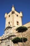 Tour au-dessus de la porte de la terre à Cadix Murs externes qui séparent le vieux quart et la zone moderne de la ville Images stock
