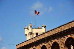 Tour au-dessus de la porte de la terre à Cadix Murs externes qui séparent le vieux quart et la zone moderne de la ville Image libre de droits