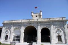 Tour au-dessus de la porte de la terre à Cadix Murs externes qui séparent le vieux quart et la zone moderne de la ville Photographie stock libre de droits