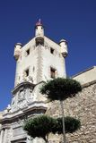 Tour au-dessus de la porte de la terre à Cadix Murs externes qui séparent le vieux quart et la zone moderne de la ville Image stock